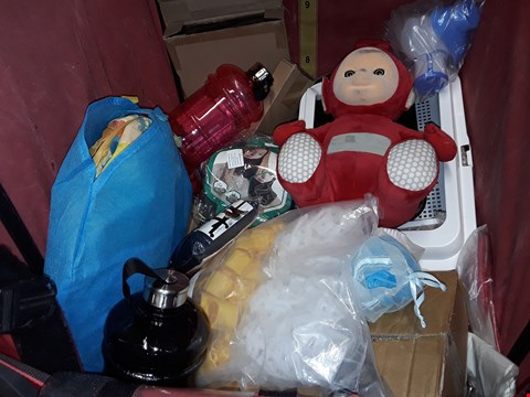 Lot 4447 CAGE OF ASSORTED HOUSEHOLD ITEMS TO INCLUDE WATER BOTTLES, TRAVEL PILLOWS, PLUSH TOY AND BOXED JEWELLERY BOX