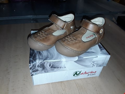 Lot 12245 BOXED NATURINO MINI CHILDRENS BROWN LEATHER VELCRO SHOES CHILDRENS SIZE 7