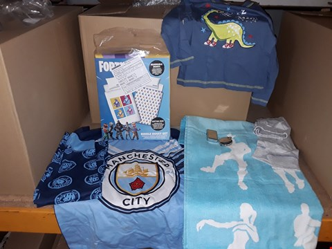 Lot 4025 BOX OF MIXED GIFT ITEMS TO INCLUDE LIGHTERS, POCKET WATCHES, FORTNITE TOWEL & BEDDING, FOOTBALL PYJAMAS