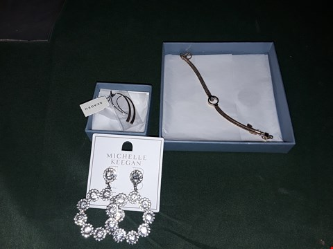 Lot 4217 LOT OF 3 ASSORTED JEWELLERY ITEMS TO INCLUDE SILVER MICHELLE KEEGAN EARRINGS, ROSE GOLD SKAGEN EARRINGS, SKAGEN ROSE GOLD BRACE