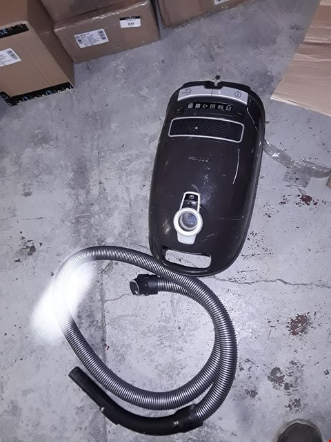Lot 3237 MIELE COMPLETE C3 TOTAL SOLUTION ALLERGY POWERLINE VACUUM CLEANER, 890 W, 4.5 LITERS