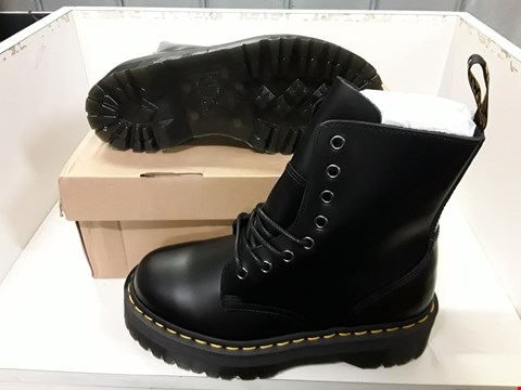 Lot 4002 PAIR OF DESIGNER BOOTS IN THE STYLE OF DR MARTENS JADON POLISHED SMOOTH BLACK SIZE UK 5