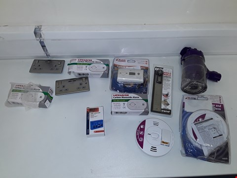 Lot 7166 LOT OF APPROXIMATELY 11 ASSORTED ITEMS TO INCLUDE CARBON MONOCIDE ALARMS, VELLEMAN LAMP CHECKER, TREND DIGITAL RULE ETC