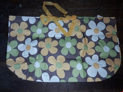 Lot 244 LOT OF 2 LARGE BEACH BAGS (YELLOW/WHITE/GREEN)