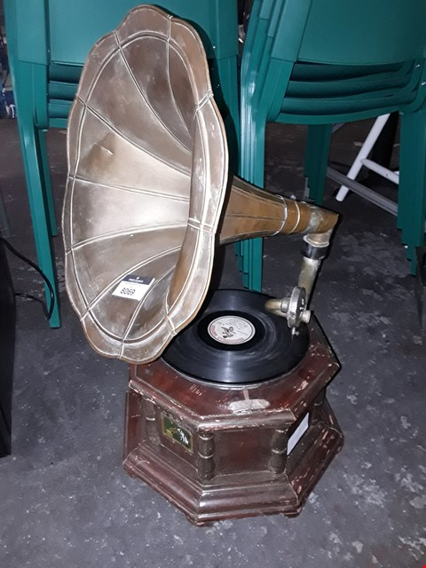 Lot 8069 VINTAGE / RETRO GRAMOPHONE WITH BRASS TRUMPET RECORD PLAYER