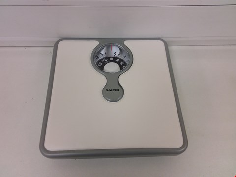 Lot 878 BOXED SALTER COMPACT MECHANICAL SCALE RRP £17.99