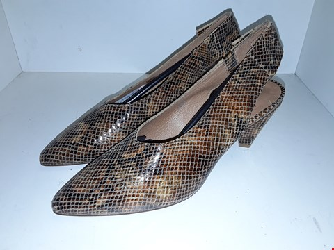 Lot 1010 A PAIR OF DOROTHEA SNAKE SHOES UK SIZE 7