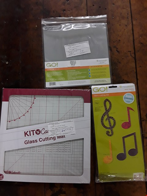Lot 2782 BOX OF APPROXIMATELY 13 CRAFT ITEMS TO INCLUDE ACCUQUILT GO! CUTTING MAT, KIT N CABOODLE GLASS CUTTING MAT AND ACCUQUILT GO! MUSIC MEDLEY DIE