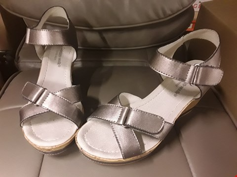 Lot 2522 LOT OF 4 BOXES OF CUSHION WALK COMFORT LEATHER WEDGE SANDAL- SIZE 4, VARIOUS COLOURS