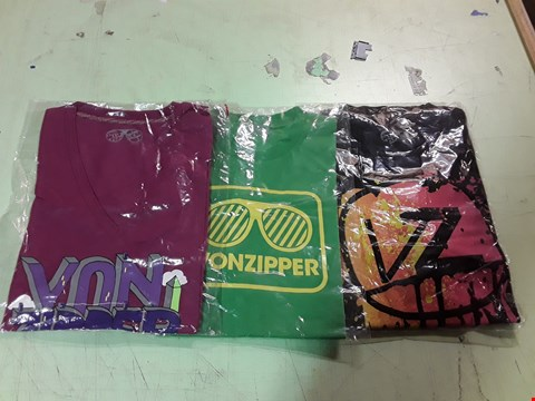 Lot 1773 LOT OF APPROXIMATELY 10 ASSORTED DESIGNER CLOTHING ITEMS TO INCLUDE A VON ZIPPER PRINT BLACK T-SHIRT L, A VON ZIPPER SHADES PRINT GREEN T-SHIRT, VON ZIPPER PRINT PURPLE T-SHIRT M ETC