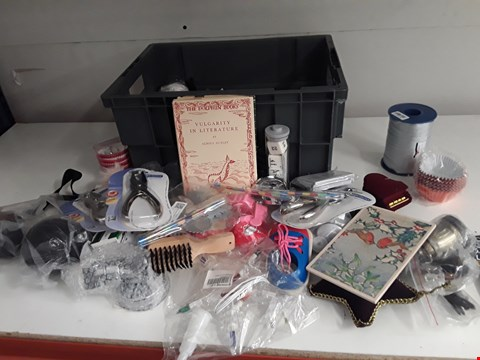 Lot 156 BOX OF APPROXIMATELY 40 ASSORTED ITEMS TO INCLUDE PENS, EAR PLUGS, KEYRINGS ETC