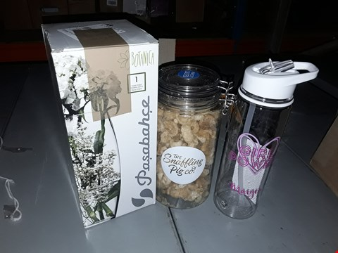 Lot 4315 LOT OF 5 PERSONALISED ITEMS TO INCLUDE VASE, WATER BOTTLE, PORK CRACKLING
