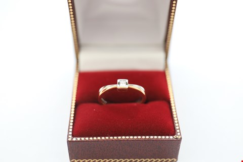Lot 7 18CT GOLD RING WITH A SEMI-RUB-OVER SET PRINCESS CUT DIAMOND WEIGHING +-0.15CT