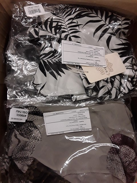 Lot 1326 BOX OF APPROX 28 ASSORTED ITEMS OF CLOTHING TO INCLUDE KASARA BATWING PRINT WOVEN TOP, MAYSA FLORAL PRINT TUNIC ETC