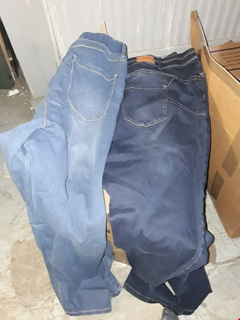 Lot 333 BOX OF APPROXIMATELY 19 ASSORTED CLOTHING ITEMS TO INCLUDE BLUE AMBER SKINNY JEGGINGS AND INDIGO STRAIGHT LEG JEANS