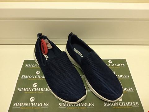Lot 3021 PAIR OF NAVY SKECHERS SIZE 5