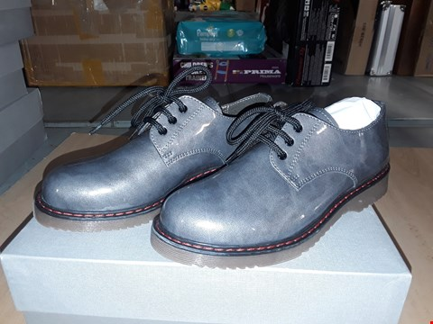 Lot 12588 BOXED CIAO GLOSSY GREY LEATHER LACE UP SHOES UK SIZE 2