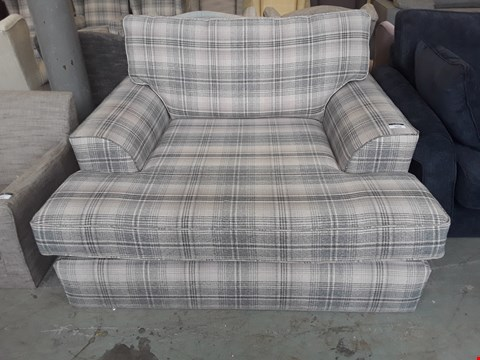 Lot 36 QUALITY BRITISH DESIGNER VERSAILLES GREY NEVIS CHECK SNUGGLE CHAISE