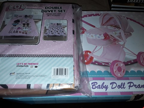 Lot 481 LOT OF 2 ASSORTED GRADE 1 ITEMS TO INCLUDE BABY DOLL PRAM & LOL SURPRISE DOUBLE DUVET SET RRP £63