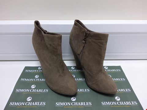 Lot 3045 PAIR OF TOPSHOP SIZE 39 HIGH HEEL LOW CUT BOOTS