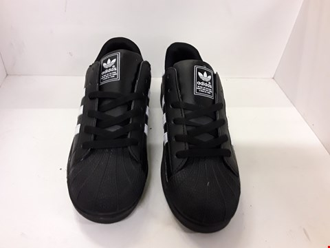 Lot 4147 PAIR OF DESIGNER BLACK TRAINERS IN THE STYLE OF ADIDAS SUPERSTAR SIZE UK 8.5