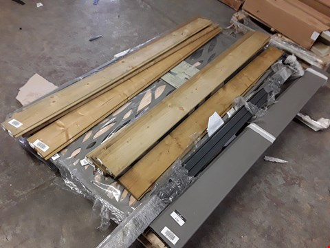 Lot 116 PALLET OF ASSORTED FENCING ITEMS TO INCLUDE NEVA WOODEN AND COMPOSITE PANELS AND A DECORATIVE PANEL