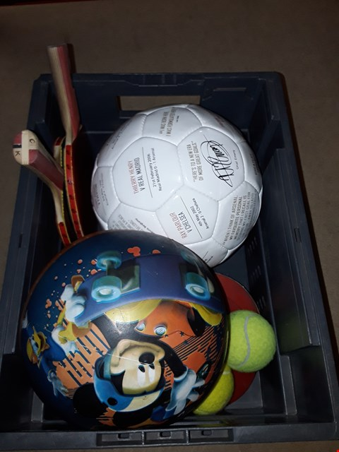 Lot 6136 BOX OF ASSORTED SPORTING ITEMS TO INCLUDE A PAIR OF TABLE TENNIS BATS, AN ARSENAL FC FOOTBALL, TENNIS BALLS ETC