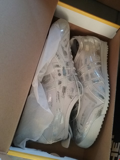 Lot 7092 A PAIR OF GREY/SILVER TRAINERS UK SIZED 5.5