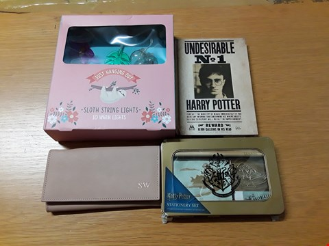 Lot 7150 BOX OF 11 ASSORTED ITEMS TO INCLUDE HA DESIGNS PERSONALISED INITIAL BLUSH PURSE, HARRY POTTER STATIONERY SET & 3D LENTICULAR NOTEBOOK, 10 WARM SLOTH STRING LIGHTS RRP £242