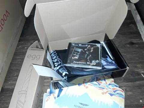 Lot 1156 LOT OF APPROXIMATELY 8 ITEMS TO INCLUDE ASSORTED VINYLS , SAM RUSSEL CD , EGG PARASOL AND KEYBOARD