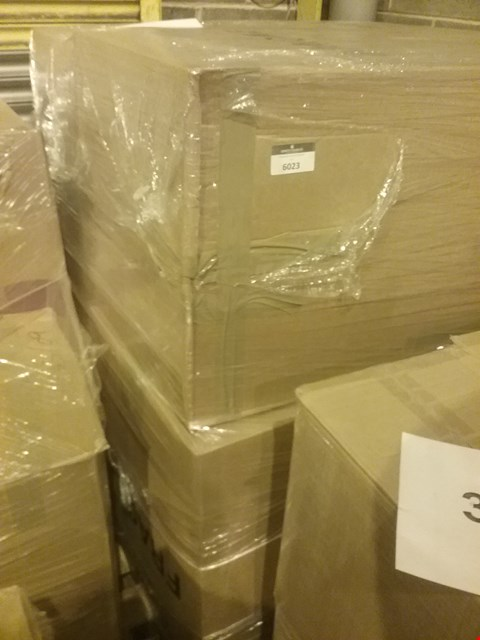 Lot 89 PALLET OF APPROXIMATELY 510 ASSORTED CLOTHING AND ACCESSORY ITEMS, INCLUDING HANDBAGS AND JACKETS