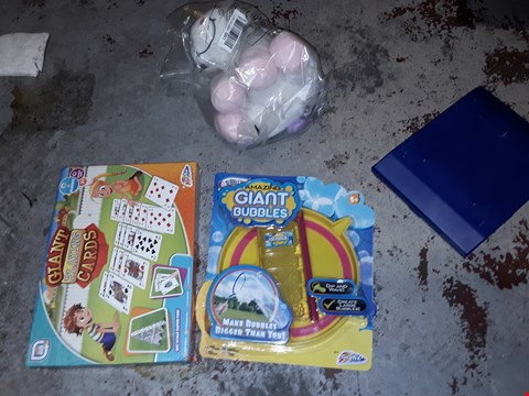 Lot 29 LOT OF APPROXIMATELY 8 ITEMS TO INCLUDE,  UNICORN CUDDLY TOY , AMAZING GIANT BUBBLES AND GIANT PLAYING CARDS ETC