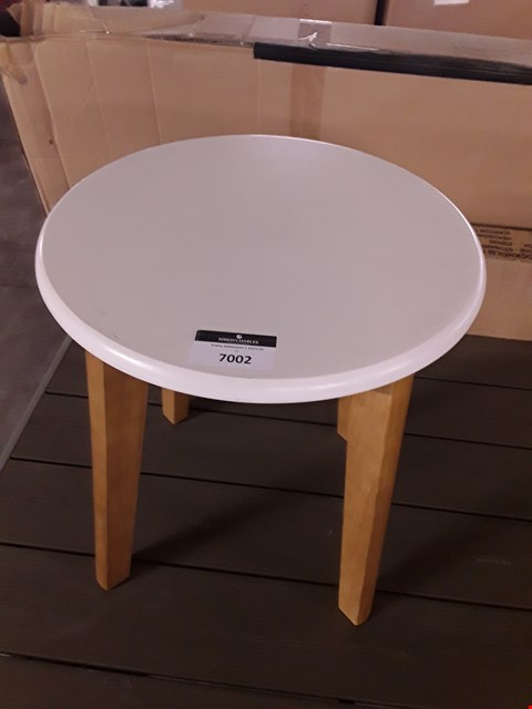 Lot 7002 DESIGNER WOOD-EFFECT SIDE TABLE WITH WHITE TOP