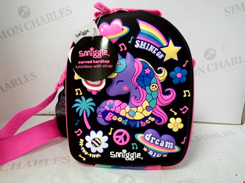 Lot 3097 SMIGGLE CURVED HARDTOP LUNCHBOX WITH STRAP