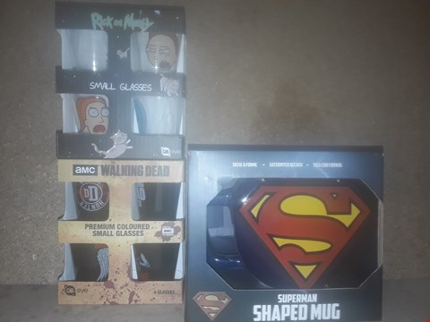 Lot 685 BOX OF APPROXIMATELY 23 BRAND NEW ITEMS TO INCLUDE WALKING DEAD PREMIUM COLOURED SMALL GLASSES, RICK AND MORTY SMALL GLASSES AND SUPERMAN SHAPED MUG