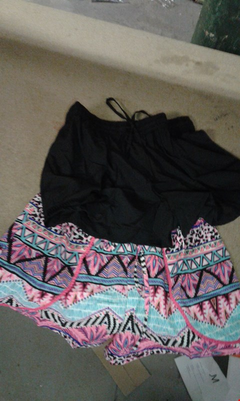 Lot 60 BOX OF APPROXIMATELY 20 PAIR OF PLAIN BLACK & FLOWERY THEMED PINK SUMMER SHORTS