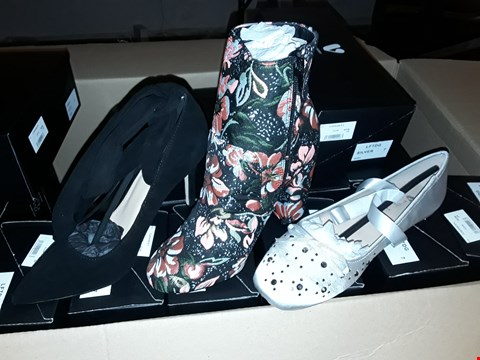 Lot 17 BOX OF 18 PAIRS OF ASSORTED SHOES TO INCLUDE BLACK HIGH HEELS, SILVER PUMPS AND BLACK/FLORAL PATTERN HEELED BOOT - VARIOUS SIZES