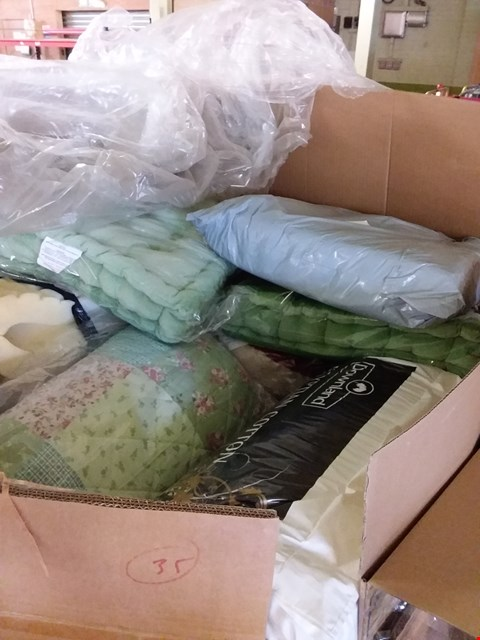 Lot 201 PALLET OF ASSORTED HOUSEHOLD ITEMS TO INCLUDE FLORAL PATTERN QUILT, GREEN SEAT CUSHION, EGYPTIAN COTTON DUVET ETC