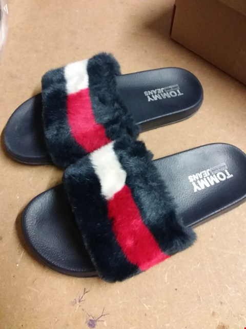 Lot 882 TOMMY JEANS FUNNY FUR POOL SLIDERS SIZE 38 - NAVY