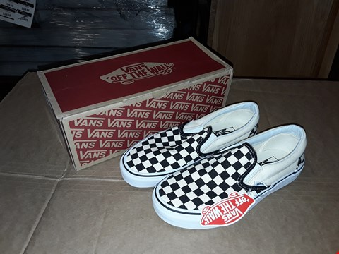 Lot 23 BOXED VANS CLASSIC SLIP ON BLACK AND WHITE CHECKERBOARD SIZE 6UK/39EUR
