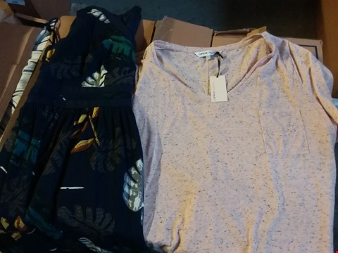 Lot 366 BOX OF APPROXIMATELY 23 ASSORTED LADIES CLOTHING ITEMS INCLUDES TOPS AND DRESSES - VARIOUS SIZES