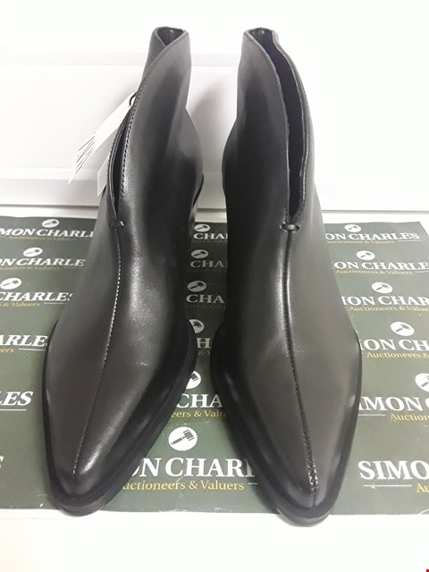 Lot 3133 PAIR OF DESIGNER BLACK LEATHER ANKLE BOOTS SIZE EU 40