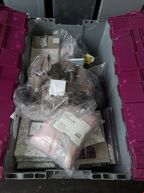 Lot 2040 A BOX OF APPROXIMATELY 30 ITEMS TO INCLUDE,  DUNELM SOFT HADLE PRINTED PILLOWCASES,  STRIPE FAUX FUR SILVER THROW AND SO SOFT ZERO TWIST TOWELS ETC .
