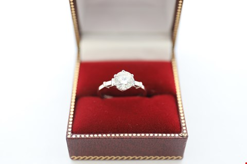 Lot 9 18CT WHITE GOLD RING SET WITH A DIAMOND AND BAGUETTES TO THE SHOULDERS. TOTAL WEIGHT +-1.64CT