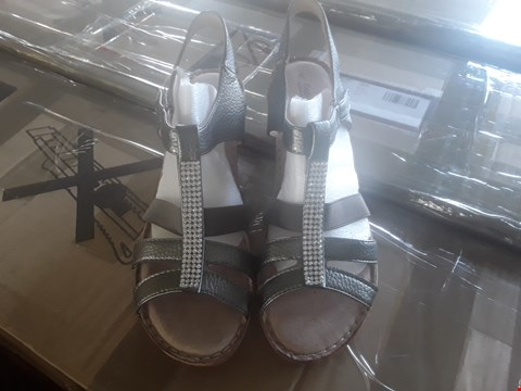 Lot 1213 10 PAIRS OF ASSORTED SHOES OF VARIOUS SIZES