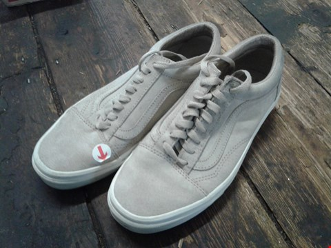 Lot 6911 BOX OF A PAIR OF VANS OLD SKOOL PIG SUEDE BEIGEWHITE SHOES SIZE 6 RRP £85