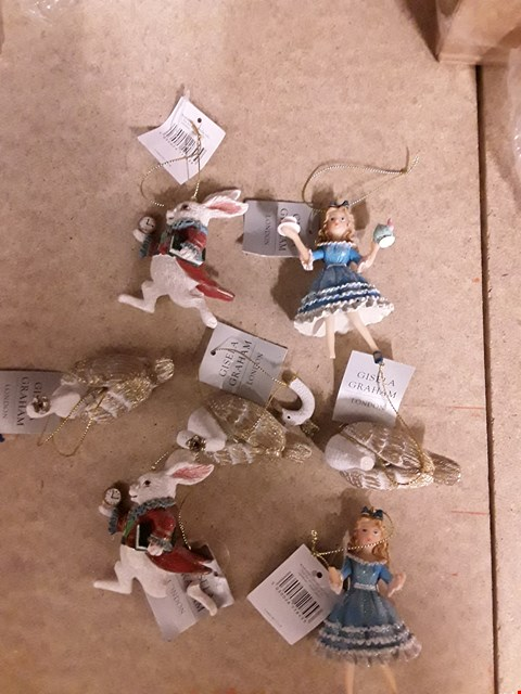 Lot 2489 LOT OF 3 GISELA GRAHAM ITEMS TO INCLUDE 2 GISELA ALICE IN WONDERLAND TREE DECORATIONS AND A GISELA SWAN TREE DECORATION SET   RRP £68