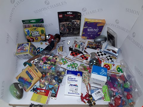 Lot 7200 LOT OF A LARGE QUANTITY OF ASSORTED TOY ITEMS TO INCLUDE WAX CRAYONS, OXFORD MODEL CAR, MAGNETIC MINI BOARD GAME ETC