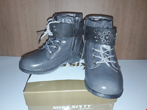 Lot 12661 BOXED MISS SIXTY JUNIOR GREY LEATHER LACE/ZIP UP BOOTS WITH BUCKLE AND DIMANTE DETAIL UK SIZE 11 JUNIOR