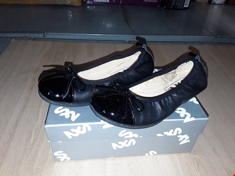 Lot 12303 BOXED STEP2WO LONDON LORENA BLACK LEATHER SLIP ON PUMPS UK JUNIOR SIZE 11